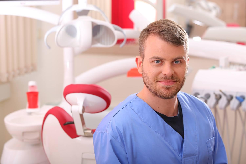 Dr. Tupicza Alexander, Fogszakorvos, Konzerváló és fogpótlástan szakorvos